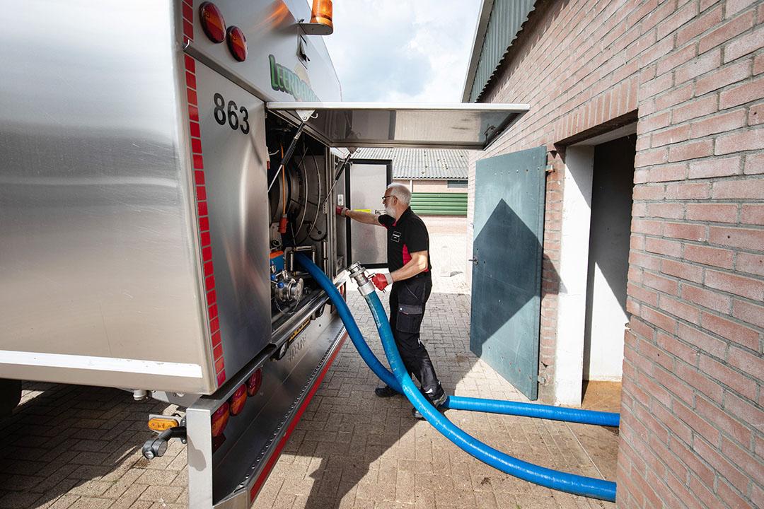 Het ophalen van melk bij een melkveehouder. In mei werd 1,21 miljoen ton melk opgehaald. - Foto: Herbert Wiggerman