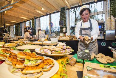 Door de coronamaatregelen was de foodservicetak van Jumbo, La Place, maar beperkt open. De omzet viel daarom flink terug. - Foto: Jumbo