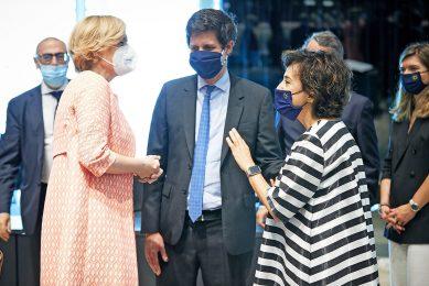 De Duitse landbouwminister Julia Klöckner (links) tijdens de landbouwraad in gesprek met haar Franse ambtgenoot Julien Denormandie (midden) en de Portugese voorzitter Maria do Céu Antunes (rechts). - Foto: Mario Salerno