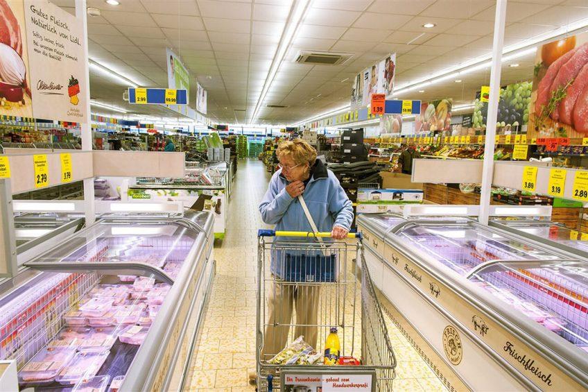 Vrouw doet boodschappen in een supermarkt in Duitsland. De Duitse consument betaalde in juli van dit jaar  voor verse voedingsproducten meer dan in dezelfde maand in 2020.- Foto: ANP