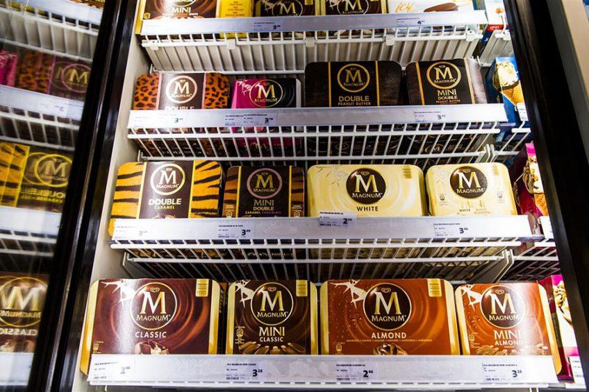 IJs van Magnum, een merk van Unilever, in een vriesvak bij een supermarkt. Foto: ANP
