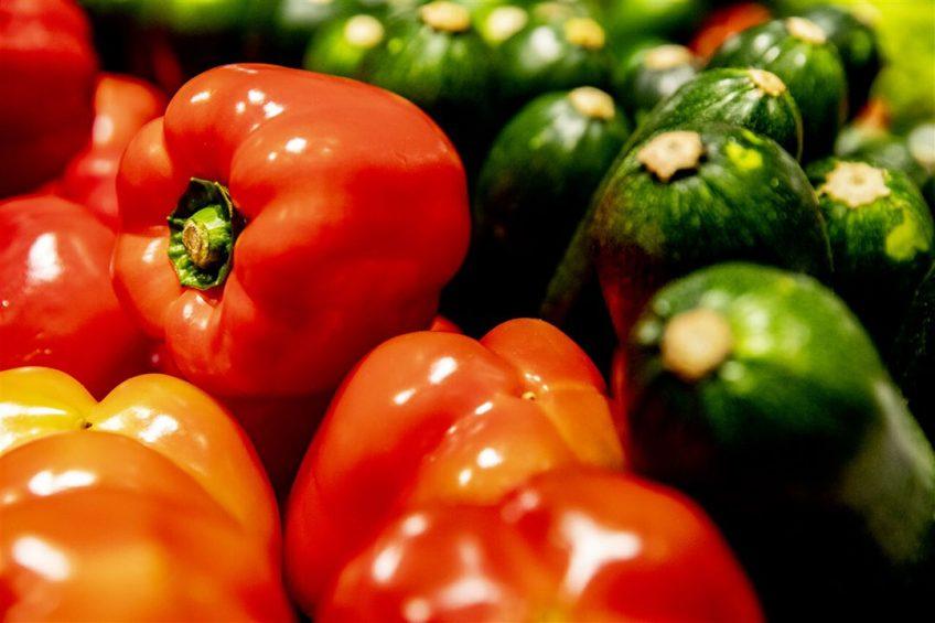 Paprika zonder verpakking in het groenteschap in een supermarkt. - Foto: ANP