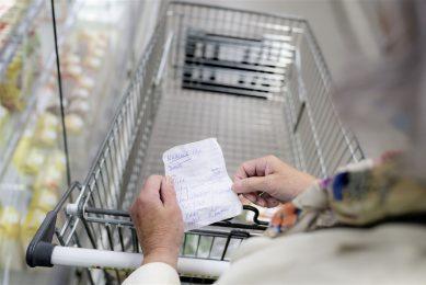 De bevraagde 55-plussers houdt het heft graag in eigen hand: slechts 10% bezoekt minimaal wekelijks horeca. Zij gaan liever naar de supermarkt. Foto: ANP