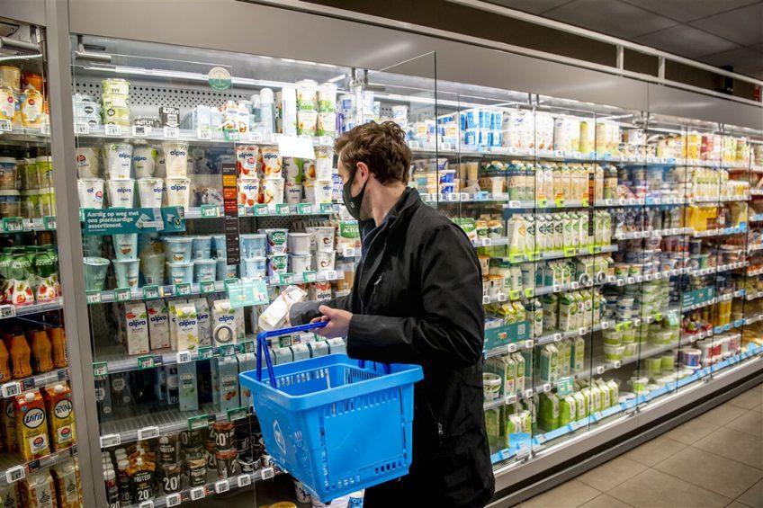 Consument in de supermarkt. De omzet van supermarkten stijgt dit jaar met 1,5%, maar gaat dalen in 2022. Dat verwacht IRI. - Foto: ANP