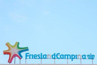 Het logo van FrieslandCampina op het dak van een zuivelfabriek in Leeuwarden. - Foto: ANP/Hollandse Hoogte/Anton Kappers