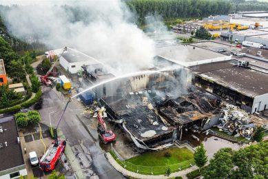 Bij de brand op zondag 11 juli werden in ieder geval twee productiehallen verwoest. - Foto: ANP