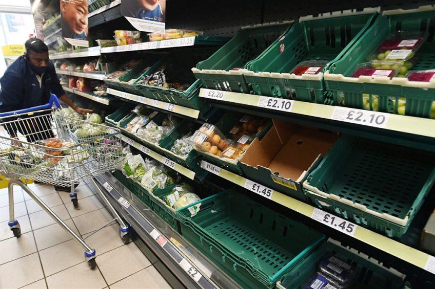 Britse supermarkt. Vooral brood, eieren, melk, rijst en  flessenwater zijn uitverkocht. Ook zijn er tekorten aan groente en fruit. - Foto: ANP