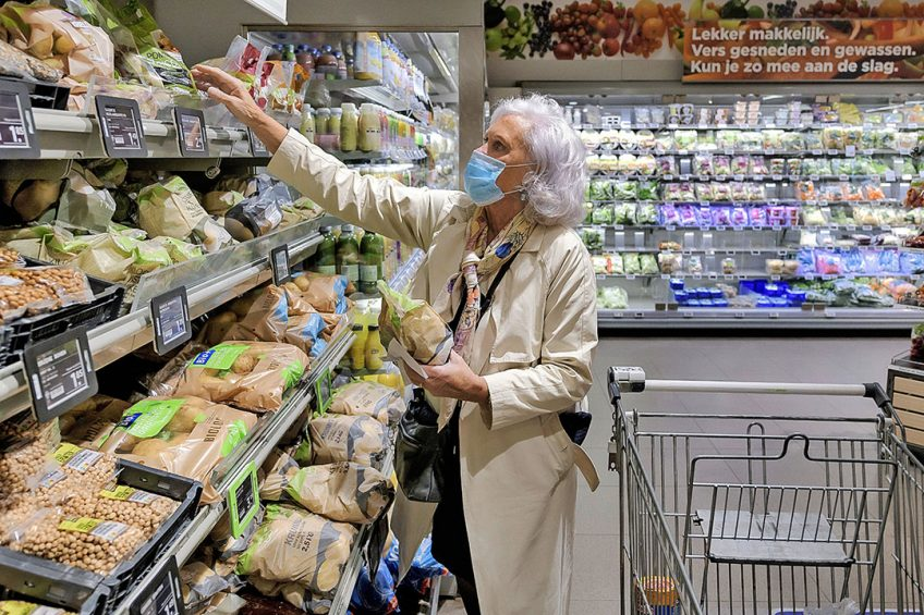 Aardappelen in het schap bij een supermarkt. Albert Heijn en Jumbo willen dat de verkoop van robuuste rassen toeneemt. Foto: ANP