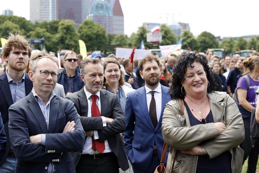 Caroline van der Plas (r) van BoerBurgerBeweging tijdens de Boeren demonstratie op het Malieveld tegen het stikstofbeleid van het kabinet. - Foto: ANP