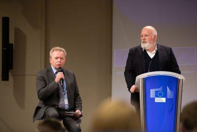 Europees landbouwcommissaris Janusz Wojciechowski (links) staat onder supervisie van vice-president Frans Timmermans (rechts) bij de uitvoering van de Van-boer-tot-bord- en biodiversiteitsstrategieën. - Foto: Xavier Lejeune/Europese Commissie