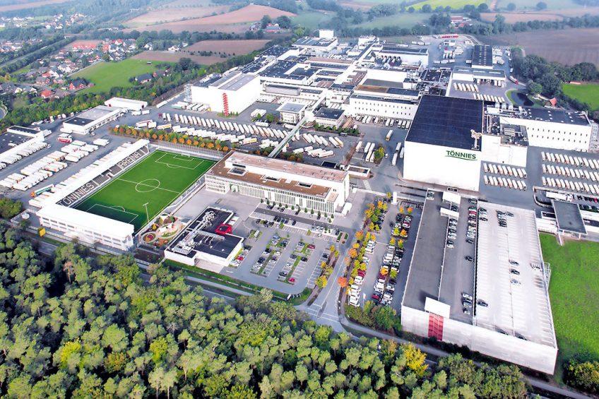 Het bedrijvencomplex van Tönnies in Rheda-Wiedenbrück in de Duitse deelstaat Noordrijn-Westfalen. Het bedrijf begon in 1971 als plaatselijke slagerij met eigen slachtplaats. Foto: Tönnies