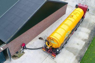 Drijfmest wordt geladen bij een varkensbedrijf. Fennenoord wil groene energie en grondstoffen voor de industrie en landbouw gaan produceren uit onder meer varkensmest. - Foto: Bert Jansen