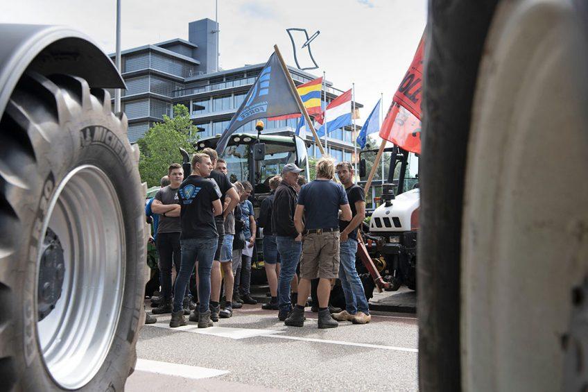 Bij het provinciehuis in Zwolle stonden woensdagochtend 7 juli honderden boeren; de wegen in de buurt stonden vol met een paar honderd trekkers. - Foto: Mark Pasveer
