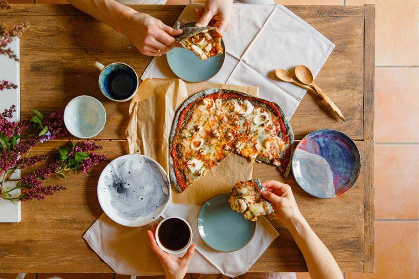 Ouderen eten meer verse producten, jongeren meer bewerkte producten zoals vleesvervangers en pizza's. Foto: Canva