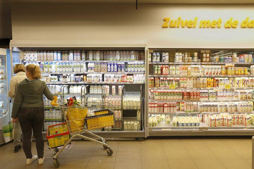 In Nederland zijn er drie grote partijen die verse melk van eigen bodem hebben aan te bieden voor de productie van drinkmelk, yoghurt en vla: FrieslandCampina, Royal A-ware en Arla. Foto: Hans Prinsen