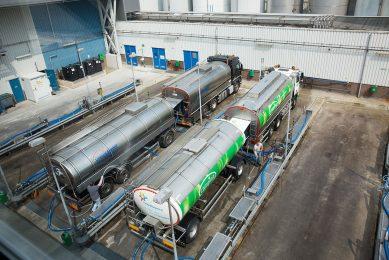 Melk van FrieslandCampina wordt afgeleverd bij een collega-zuivelbedrijf. - Foto: Herbert Wiggerman