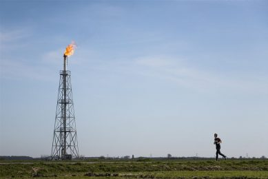 Gas affakkelen op gaswinnings- en gasbehandelingslocatie De Eeker in Scheemda. Er is veel vraag naar gas, de vulgraad in de opslagen is nog altijd laag. - Foto: ANP/Kees van de Veen