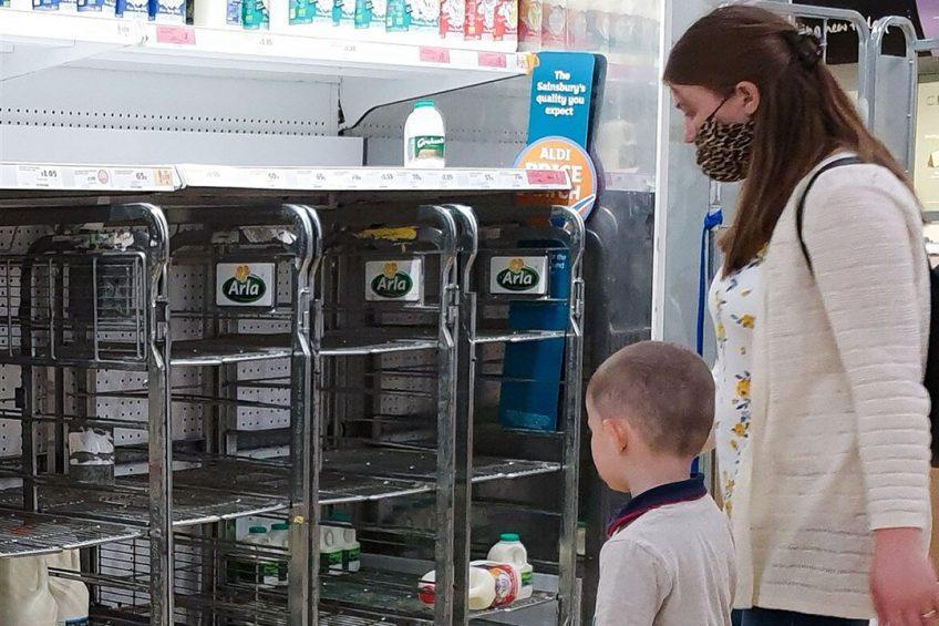 Britse supermarkten kampen al weken met lege schappen door een chronisch tekort aan chauffeurs en personeelstekorten in veel vlees- en andere foodbedrijven. Foto: ANP
