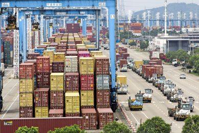 Containers in de haven van Ningbo in China. Enkele coronauitbraken zorgden ervoor dat een van de terminals stil kwam te liggen. Dat had effect op finaniële markten. - Foto: ANP