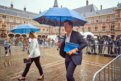 Mark Rutte en Sigrid Kaag lopen over het Binnenhof voor een gesprek met informateur Mariette Hamer. - Foto: ANP