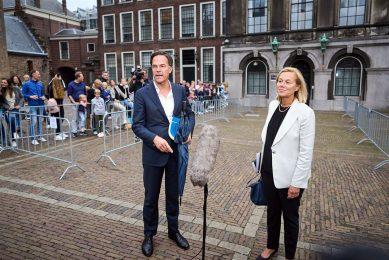 Mark Rutte en Sigrid Kaag na afloop van een gesprek met informateur Mariette Hamer over de kabinetsformatie. - Foto: ANP
