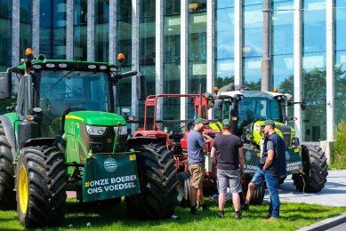 Boeren kwamen met de tractor naar de rechtbank in Amsterdam waar eerder een kort geding diende van Agractie tegen de organisatie Dier&Recht. - Foto: ANP