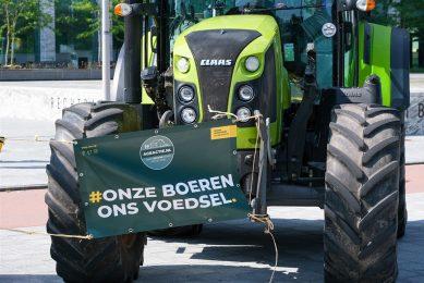 Boeren kwamen gisteren, maandag 23 augustus, met de trekker naar de rechtbank in Amsterdam. In de rechtbank diende een kort geding van Agractie tegen Dier&Recht. - Foto: ANP