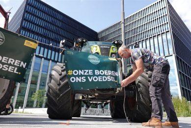 Boeren bij de rechtbank 23 augustus 2021. Agractie deed aangifte tegen een anti-zuivelcampagne van de organisatie Dier&Recht. - Foto: ANP