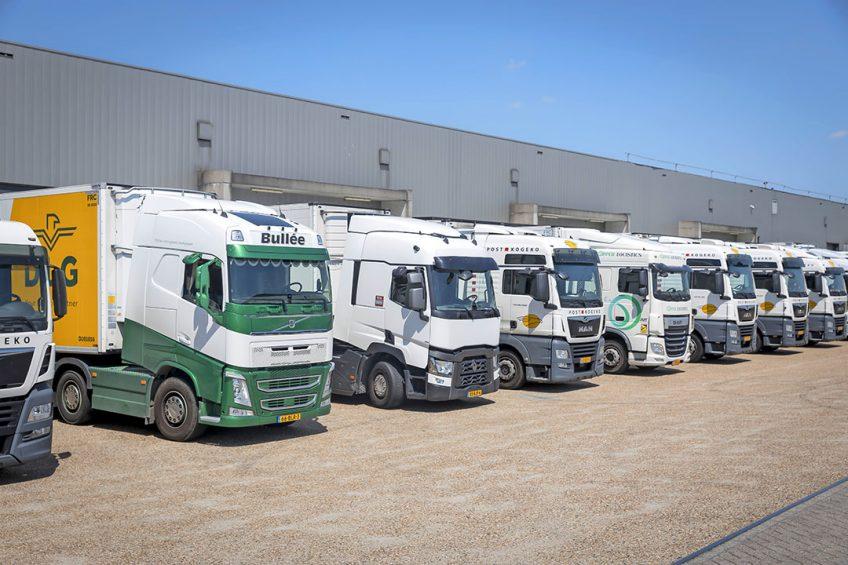 Vrachtwagens worden geladen bij Dailyfresh Logistics, dat veel transport naar het Verenigd Koninkrijk verzorgt. - Foto: Roel Dijkstra