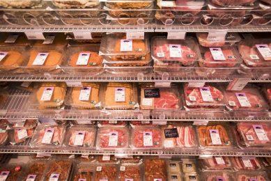 Varkensvlees in supermarktschap. Acties met relatief dure varkensvleesonderdelen als varkenshaas veroorzaken grotere prijsfluctuaties dan een actie met speklapjes voor de barbecue.- Foto: ANP