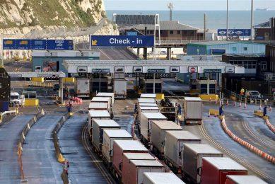 Wachtende vrachtwagens in de haven van Dover. Vele Britse exporteurs zouden gestopt zijn met de verkoop aan klanten in de EU vanwege de administratieve rompslomp. - Foto: ANP