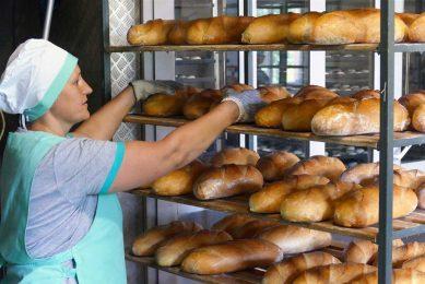Brood in een Oekraïense bakkerij. De graanprijsindex van de FAO zakte met 3%, ook al is graan nog altijd bijna 30% duurder dan een jaar geleden. - Foto: ANP