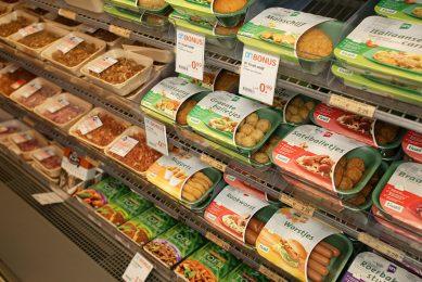 Winkelschap met plantaardige vleesvervangers. - Foto: Jan Willem Schouten