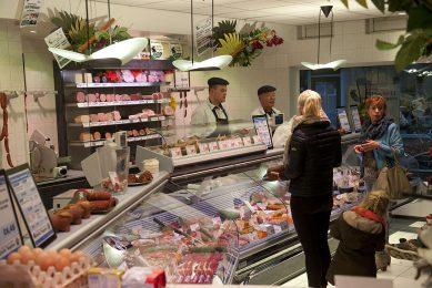 Archieffoto van consumenten in een slagerij. - Foto: Mark Pasveer