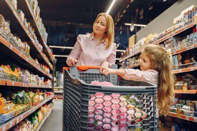 Europese consumentenorganisaties vinden dat kinderen te veel worden blootgesteld aan reclame voor ongezonde voeding. - Foto: Canva