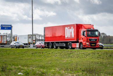 Een vrachtwagen van supermarktketen Dirk van den Broek op de A28 bij Zwolle. Foto: ANP