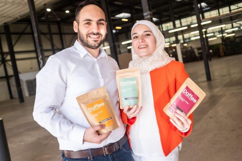 De Syrische Rahaf Al Lymoni en haar man Tamim Kbarh. Zij zetten het bedrijf Daffee op, een alternatief voor koffie en thee, gemaakt van dadelpitten. - Foto: ANP