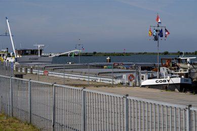 De drie schepen geladen met tarwe met een te hoog gehalte aan fosfine, liggen aangemeerd in Lelystad.