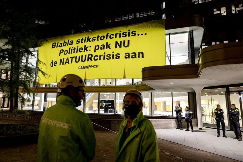 Activisten van Greenpeace hebben het tijdelijke gebouw van de Tweede Kamer in Den Haag beklommen. Ze vragen met hun actie aandacht voor de stikstofproblematiek. - Foto: ANP