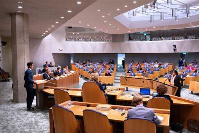 In de Tweede Kamer tijdens de Algemene Politieke Beschouwingen. Caroline van der Plas (BBB) bij de interruptiemicrofoons. Op het spreekgestoelte Rob Jetten (D66). - Foto: ANP