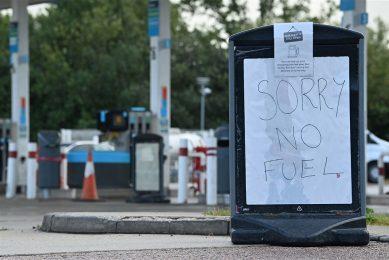Het hamsteren van benzine en diesel begon vóór het weekend mondjesmaat, nadat een woordvoerder van BP had gezegd dat sommige tankstations moeilijk bevoorraad konden worden doordat er geen vrachtrijders zijn. Foto: ANP