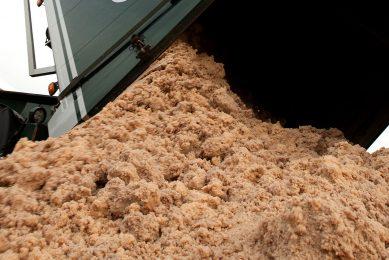 Lossen van aardappelpersvezels. - Foto: Ronald Hissink