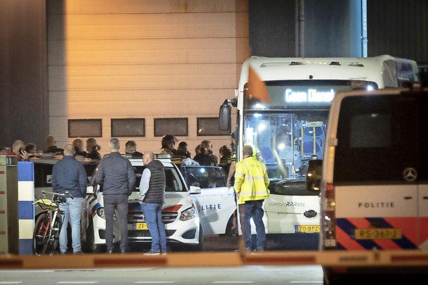 82 activisten drongen zondagavond de slachterij in Apeldoorn binnen. Ze werden door de politie afgevoerd, de slachterij is maandag 'gewoon' opgestart. Foto: Persbureau Heitink