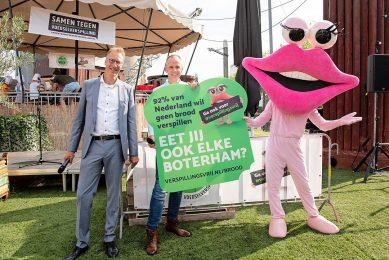 Directeur Toine Timmermans met de actiesticker op de startdag van Verspillingsvrije Week. - Foto: Stichting Samen Tegen Verspilling