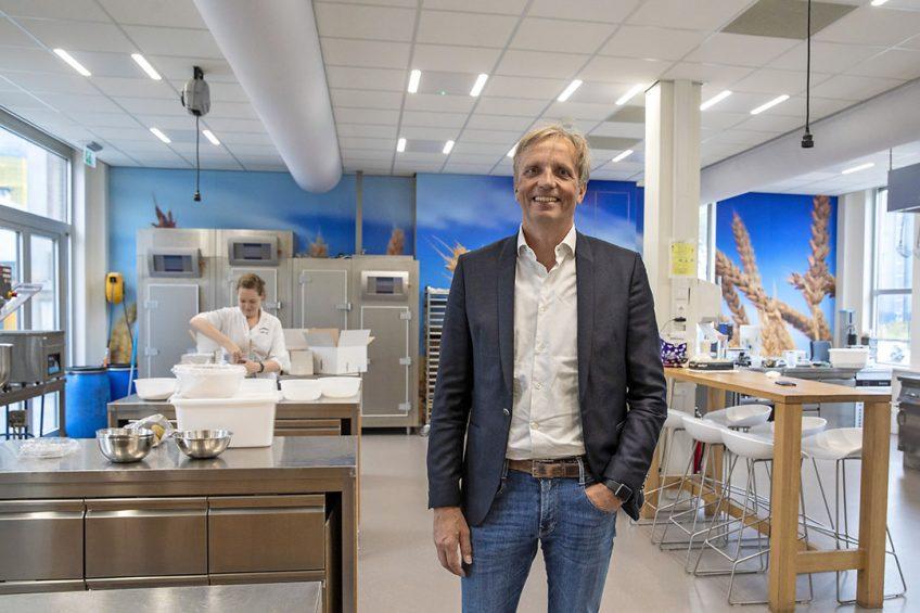 """CEO Dirk Lodewijk staat in het innovatiecentrum van Royal Koopmans. """"We onderzoeken wat consumenten belangrijk vinden.""""- Foto: Anne van der Woude"""