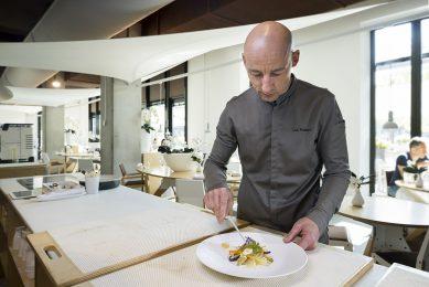 Luc Kusters is chef-kok bij sterrenrestaurant Bolenius. Bolenius is het vlaggenschip van Dutch Cuisine, een initiatief dat staat voor een duurzame Nederlandse eetcultuur met meer groenten, minder vlees en meer lokaal en biologisch. Foto: Koos Groenewold