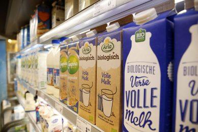 Biologische melk van Arla in het winkelschap. Voor de bio-melk betaalt Arla €50,74 per 100 kilo. - Foto: Hans Prinsen