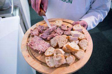 Consumenten consumeren minder lamsvlees. De vleeshandel verloopt stroef. - Foto: Herbert Wiggerman