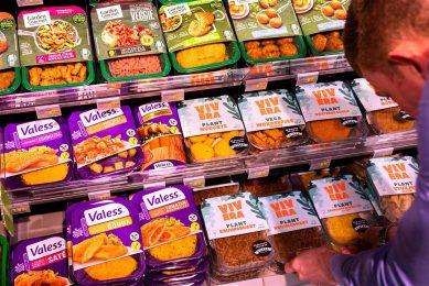 Een schap vol vleesvervangers bij een supermarkt. Blokhuis en Schouten onderschrijven de stellingname van de transitiecoalitie dat supermarkten een belangrijke rol spelen bij gezonder en duurzamer maken van de voedselomgeving. Foto: ANP