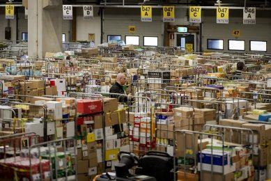 Extreme drukte bij het distributiecentrum van Jumbo vanwege de bevoorrading van supermarkten die veel verkopen door het coronavirus. Foto: ANP